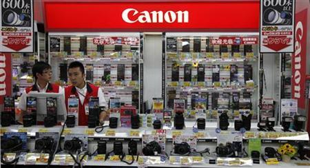 Canon's cameras are displayed at an electronic shop in Tokyo July 25, 2011. REUTERS/Kim Kyung-Hoon