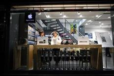 <p>Foto de archivo de un empleado y un cliente al interior de una tienda falsa de Apple en Kunming, China, jul 22 2011. Funcionarios chinos en Kunming ordenaron el cierre de dos tiendas falsas de Apple, no debido a preocupaciones por la piratería o los derechos de propiedad intelectual, sino porque los negocios no tenían permiso comercial oficial para operar. REUTERS/Aly Song</p>