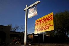 <p>A realtor and bank-owned sign is displayed near a house for sale in Phoenix, Arizona, January 4, 2011. REUTERS/Joshua Lott</p>