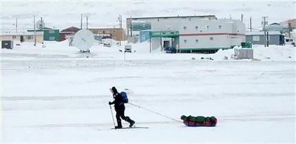 凍った海の上をスキーで移動する人(06年4月9日、カナダ・ヌナブト準州)