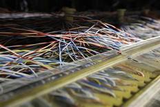 """<p>Connexion dans un centre télécoms de France Télécom. L'opérateur télécoms Orange va lancer à la rentrée une marque """"low cost"""" pour contrer le nouvel opérateur Free Mobile, qui a promis de faire son entrée sur le marché français au plus tard au début de 2012. /Photo prise le 3 février 2011/REUTERS/Benoît Tessier</p>"""