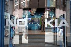 <p>Apple et Samsung Electronics ont mis fin au deuxième trimestre aux quinze ans de règne de Nokia sur le marché des smartphones. La concurrence et une chute des ventes du groupe finlandais l'ont fait descendre de la première à la troisième place, alors que la croissance du secteur s'essouffle. /Photo prise le 18 juillet 2011/REUTERS/Jussi Helttunen/Lehitikuva</p>