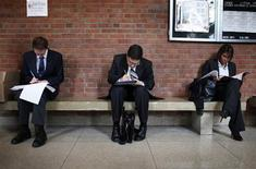 <p>Job seekers prepare for career fair to open at Rutgers University in New Brunswick, New Jersey, January 6, 2011. REUTERS/Mike Segar</p>
