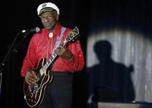 <p>El pionero del rock and roll Chuck Berry, activo y sonriente a los 84 años de edad, recibió el viernes una ovación al inaugurar una estatua de bronce 2,4 metros de sí mismo ante una multitud vitoreante de unas 500 personas. En la foto Chuck Berry durante el Baile de la Rosa en Montecarlo, el 28 de marzo del 2009. REUTERS/Eric Gaillard (MONACO)</p>