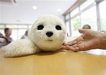 <p>Una foca robot terapéutica llamada Paro en la casa de retiro Suisyoen en Iwaki, Japón, jul 28 2011. Para algunos ancianos sobrevivientes del terremoto y el tsunami que azotaron Japón en marzo, el afecto viene en la forma de una pequeña foca robótica llamada Paro. REUTERS/Kim Kyung-Hoon</p>