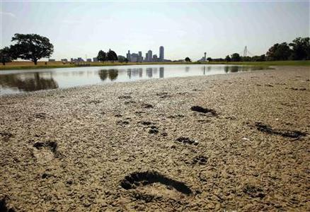 Footprints mark the bank of a partially dried-up pond near downtown Dallas, Texas August 1, 2011. REUTERS/Tim Sharp