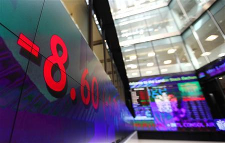 A stock ticker reflects falling stock prices inside the London Stock Exchange August 5, 2011. REUTERS/Suzanne Plunkett