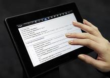 <p>Le PlayBook de Research In Motion, l'un des concurrents de l'iPad. Les rivaux d'Apple ont davantage de chances de s'imposer sur le marché européen, en raison notamment du nombre moindre d'Apple Store, mais ils devront pour cela baisser leurs prix, selon une étude. /Photo d'archives/REUTERS/Tim Chong</p>