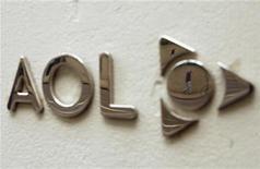 <p>Foto de archivo del logo de la firma AOL en el edificio corporativo de la compañía en Nueva York, mayo 28 2009. Los ingresos trimestrales de AOL superaron las previsiones del mercado, apoyados en las buenas ventas de publicidad, mientras la compañía trabaja para reducir su dependencia de la lucrativa división de conexiones a internet. REUTERS/Lucas Jackson</p>