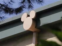 <p>Foto de archivo de un edificio de los estudios Walt Disney Co. en Burbank, EEUU, ago 9 2011. Walt Disney reportó el martes ganancias y ventas trimestrales mayores a las esperadas por el mercado, gracias a fuertes ingresos por publicidad que impulsaron a sus redes de televisión por cable. REUTERS/Fred Prouser</p>