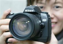 <p>Foto de archivo de una cámara D70 de Nikon en Tokio, ene 28 2004. La japonesa Nikon mejoró su previsión de ganancias por encima de las expectativas del mercado por el récord de ventas de cámaras y una sólida demanda de componentes de pantallas de LCD que se usan en smartphones y tabletas. REUTERS/Haruyoshi Yamaguchi</p>