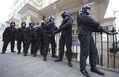 <p>Un grupo de policías antidisturbios en Pimlico, Inglaterra, ago 11 2011. Con los medios sociales acelerando de forma brutal el ciclo noticioso y desparramando rumores sobre disturbios y quiebras de bancos a la velocidad de la luz, políticos, empresas y gobiernos no tendrán más remedio que adaptarse rápidamente. REUTERS/Anthony Devlin/Pool</p>