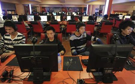 People use computers at an Internet cafe in Hefei, Anhui province September 26, 2010. REUTERS/Stringer