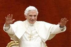 <p>El papa Benedicto XVI tras su audiencia semanal en Castegandolfo, Italia, ago 10 2011. La Iglesia Católica, recién llegada a las redes sociales, pretende que esta vía de comunicación sea su principal medio para llegar al cerca de medio millón de jóvenes que se trasladarán a Madrid con motivo de la Jornada Mundial de la Juventud la próxima semana. REUTERS/Giampiero Sposito</p>