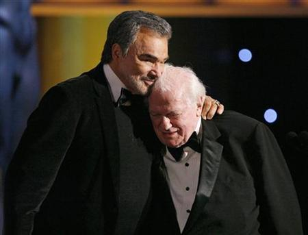 Actor Burt Reynolds (L) hugs Charles Durning after he accepted the Lifetime Achievement award at the 14th annual Screen Actors Guild Awards in Los Angeles January 27, 2008. REUTERS/Mario Anzuoni