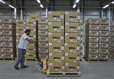 <p>Foto de archivo de un hombre con una serie de cajas de computadores de la firma Dell en su bodega de Sriperumbudur Taluk, India, jun 2 2011. Dell Inc reportó el martes ingresos trimestrales levemente por debajo de las expectativas y dijo que las ventas del trimestre actual no presentarían cambios, lo que hizo que sus acciones bajaran más de un 5 por ciento en las operaciones tras el cierre. REUTERS/Babu</p>