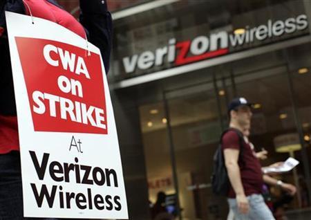 A striking Verizon worker walks the picket line in front of a Verizon wireless store in New York August 15, 2011. REUTERS/Brendan McDermid