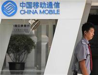 <p>China Mobile, premier opérateur mobile mondial par le nombre d'abonnés, a vu son bénéfice net progresser de 6,3% sur les six premiers mois de l'année, à 61,3 milliards de yuans (6,7 milliards d'euros), contre 59,8 milliards de yuans attendus et 57,6 milliards au premier semestre 2010. C'est le rythme de croissance sur six mois le plus fort depuis le second semestre 2008 (18%) pour l'opérateur chinois. /Photo d'archives/REUTERS/Petar Kujundzic</p>