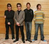 <p>Foto de archivo de los integrantes del desaparecido conjunto de rock británico Oasis, en Hong Kong feb 25 2006. Los hermanos Gallagher, que coparon el pop británico de los años 90 cuando ambos formaban la banda de rock Oasis, han llevado su agria guerra dialéctica a los tribunales. REUTERS/Paul Yeung</p>
