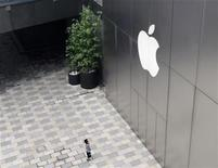 <p>Apple travaille avec ses fournisseurs et sous-traitants asiatiques à l'élaboration d'une nouvelle version de l'iPad, selon le Wall Street Journal, qui cite des sources proches du dossier. /Photo d'archives/REUTERS/Jason Lee</p>