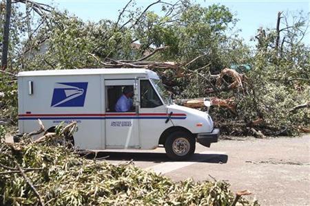 A U.S. Postal Service vehicle navigates amid the storm-damaged Alberta community near Tuscaloosa, Alabama, April 29, 2011. REUTERS/Marvin Gentry