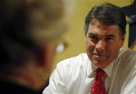 U.S. Republican presidential candidate Texas Governor Rick Perry talks to local Republican activists during lunch at Harvey's Bakery and Coffee Shop in Dover, New Hampshire August 18, 2011. REUTERS/Brian Snyder