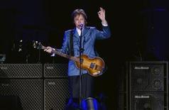 <p>Foto de archivo del cantautor Paul McCartney durante un concierto en el estadio Yankee en Nueva York, jul 15 2011. Decca se ha unido a Paul McCartney para lanzar su próximo ballet casi 50 años después de que el sello discográfico rechazara firmar contrato con los Beatles, en lo que muchas veces se calificó como uno de los mayores errores en la industria de la música. REUTERS/Lucas Jackson</p>