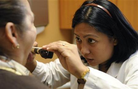 Dr. Millie Marie Tolentino (R) examines patient Dora Leon at Clinica Sierra Vista's Central Bakersfield Community Health center in Bakersfield, California October 20, 2009. REUTERS/Phil McCarten