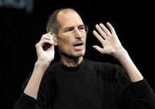 <p>Foto de archivo del ex presidente ejecutivo de Apple Steve Jobs durante un evento sobre el servicio iCloud en San Francisco, jun 6 2011. Difícil de comprender, complicado para trabajar, y considerado irreemplazable por muchos seguidores e inversionistas de Apple, Steve Jobs hizo de su vida un constante desafío tanto a las convenciones como a las expectativas establecidas. REUTERS/Beck Diefenbach</p>