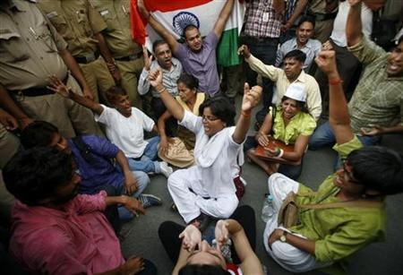 Supporters of veteran Indian social activist Anna Hazare shout slogans outside the residence of India's Prime Minister Manmohan Singh during a protest against corruption in New Delhi August 25, 2011. REUTERS/Parivartan Sharma