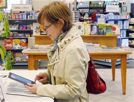 A customer examines a Nook e-reader at a Barnes and Noble store in Boston, March 18, 2011. REUTERS/Brian Snyder