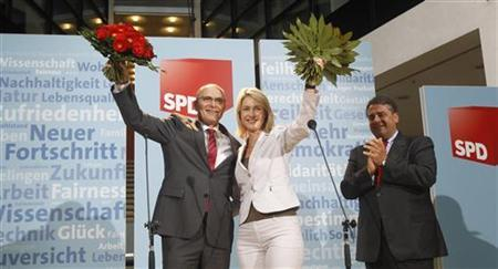 Party leader of Germany's main opposition Social Democrats (SPD) Sigmar Gabriel (R) applauds to Social Democratic (SPD) Prime Minister of Mecklenburg-Vorpommern and top candidate Erwin Sellering and Minister for Social Affairs in the federal state of Mecklenburg-Vorpommern Manuela Schwesig before a party board meeting in Berlin September 5, 2011. REUTERS/Tobias Schwarz