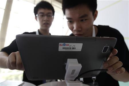A man uses a tablet computer during the Baidu 2011 technology innovation conference in Beijing, September 2, 2011. REUTERS/Jason Lee