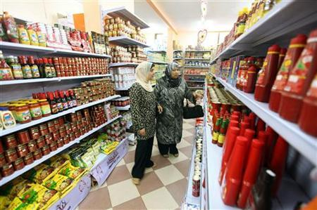 Palestinian shoppers browse in a supermarket at a newly opened shopping mall in Gaza City July 20, 2010. REUTERS/Mohammed Salem