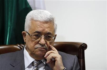 Palestinian President Mahmoud Abbas attends a meeting with a 40-member delegation of Palestinian doctors in the West Bank city of Ramallah September 6, 2011, before they leave on an aid mission to Libya. REUTERS/Mohamad Torokman )
