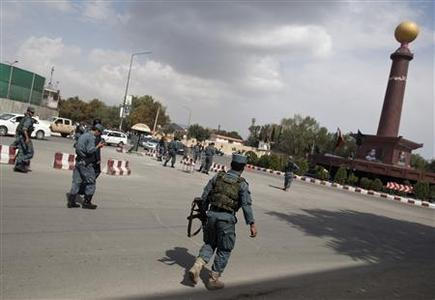 Afghan police run toward the building, which the Taliban insurgents took over during an attack near the U.S. embassy, in Kabul September 13, 2011. REUTERS/Ahmad Masood