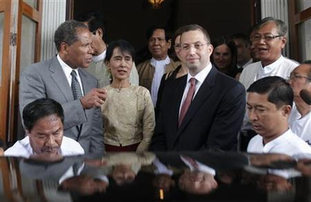 Myanmar's pro-democracy leader Aung San Suu Kyi (2nd L) meets with the new United States special envoy to Myanmar Derek Mitchell (2nd R) at her home in Yangon September 12, 2011. REUTERS/Soe Zeya Tun