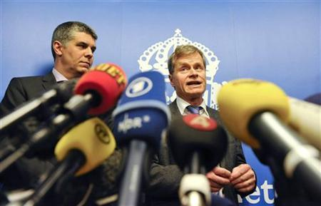 Director of Operations at the Swedish Security Police Anders Thornberg (L) and Chief Prosecutor Thomas Linstrand (R) during a news conference in Stockholm, December 13, 2010. REUTERS/Pontus Lundahl/Scanpix
