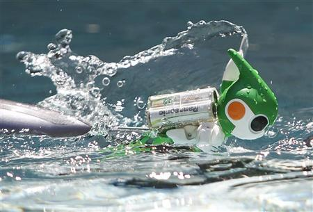 Panasonic's ''Evolta'' swim robot, powered by the company's Evolta rechargeable batteries, is demonstrated at a pool during a news conference in Tokyo September 15, 2011. REUTERS/Yuriko Nakao