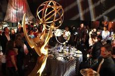 """<p>La serie """"Mad Men"""" buscará su cuarto Emmy consecutivo por mejor drama televisivo el domingo por la noche, esperando esquivar a la historia de gánsters de la era de la Ley Seca """"Boardwalk Empire"""" y el relato sobre reyes y cabelleros medievales """"Game of Thrones"""". En la foto la estatua que simboliza los EMMY en una fiesta para periodistas en la víspera de la 63 edición de los premios en el Norte de Hollywood, en California, el 17 de agosto. REUTERS/Fred Prouser (ESTADOS UNIDOS)</p>"""