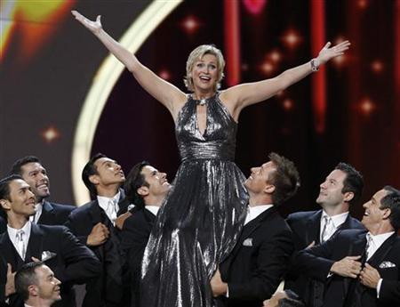 Host Jane Lynch performs the opening number at the 63rd Primetime Emmy Awards in Los Angeles September 18, 2011. REUTERS/Mario Anzuoni