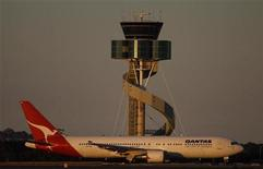 <p>A Qantas plane taxis in front of the control tower at Sydney's airport August 24, 2011. REUTERS/Daniel Munoz</p>