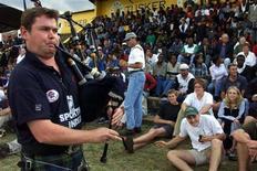 <p>Foto de archivo de un gaitero escocés durante el torneo siete naciones desarrollado en Nairboi, jun 24 2000. Una prohibición impuesta a las gaitas en la Copa Mundial de rugby de Nueva Zelanda atentará contra la inspiración de la selección escocesa. REUTERS/Antony Njuguna</p>
