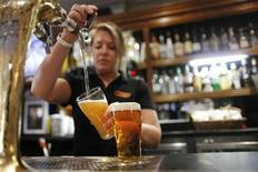 <p>A barmaid pours a glass with beer produced by Fosters at the Occidental Hotel in central Sydney June 21, 2011. REUTERS/Tim Wimborne</p>