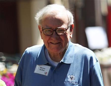Berkshire Hathaway chairman and CEO Warren Buffett walks to lunch during a break on the first day of the Allen and Company Sun Valley Conference in Sun Valley, Idaho July 6, 2011. REUTERS/Anthony Bolante