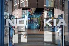 <p>Foto de archivo de la tienda insigne de Nokia en Helsinki, jul 18 2011. Nokia, el mayor fabricante de teléfonos móviles del mundo por volumen, dijo el viernes que tiene cada vez más confianza de que su primer teléfono con Windows Phone llegará a las tiendas este año. REUTERS/Jussi Helttunen/Lehitikuva Imagen para uso no comercial, ni ventas, ni archivos. Solo para uso editorial. No para su venta en marketing o campañas publicitarias. Esta imagen fue entregada por un tercero y es distribuida, exactamente como fue recibida por Reuters, como un servicio para clientes.</p>