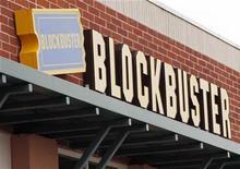 <p>Foto de archivo de una tienda de la cadena Blockbuster en Golden, EEUU, sep 16 2009. Blockbuster anunció el viernes que ofrecerá videos online para los clientes del servicio de televisión satelital de Dish Network, con lo que apunta sus cañones contra Netflix, la popular compañía de renta de películas y programa de TV. REUTERS/Rick Wilking</p>