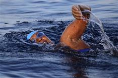 <p>U.S. long-distance swimmer Diana Nyad starts her attempt to swim to Florida from Havana September 23, 2011. REUTERS/Desmond Boylan</p>