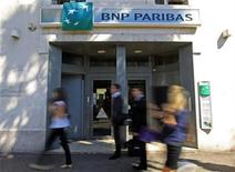 <p>People walk in front of a branch of French BNP Paribas bank in Marseille, September 13, 2011. REUTERS/Jean-Paul Pelissier</p>