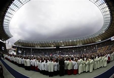 Faithful watch the arrival of Pope Benedict XVI for the celebration of the Eucharist at the Olympic stadium in Berlin, September 22, 2011. REUTERS/Kai Pfaffenbach